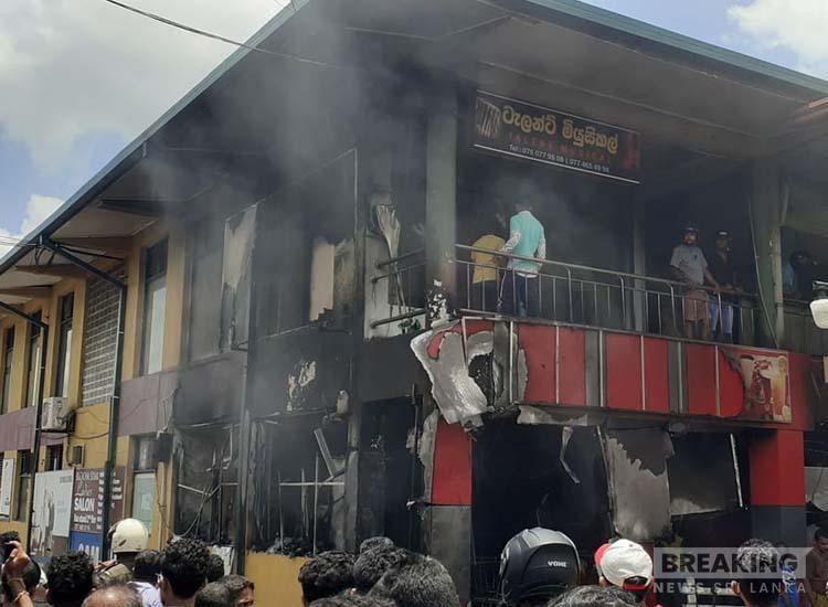 குலியாபிட்டி நகரில் உள்ள பஸ் நிலையத்தில்  தீ விபத்து ஏற்பட்டது